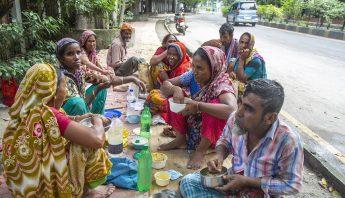 personas-comen-calle-india