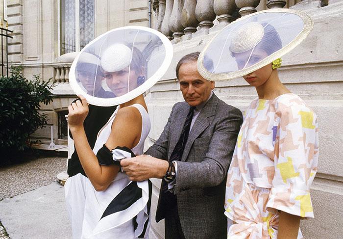 Pierre Cardin y dos modelos posan en París en esta fotografía tomada el 24 de septiembre de 1984. Foto: Alexis Duclos, Archivo AP