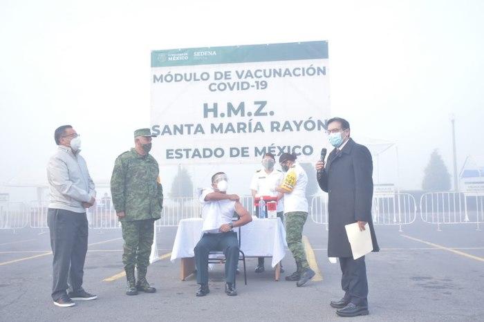 El médico cirujano fue la tercera persona en ser vacunada en el país.