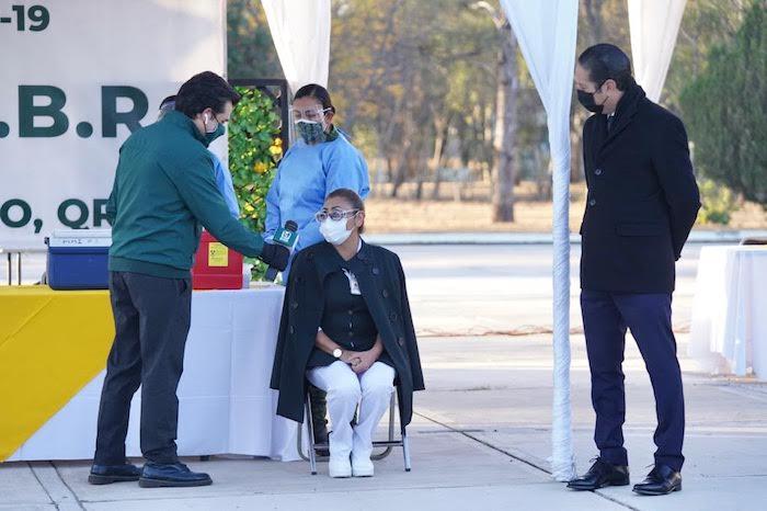 María del Rosario atiende a pacientes con el nuevo coronavirus.