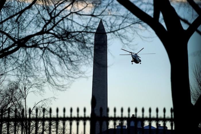 Trump salió del edificio el miércoles por la mañana y cruzó el jardín sur para abordar el helicóptero Marine One.