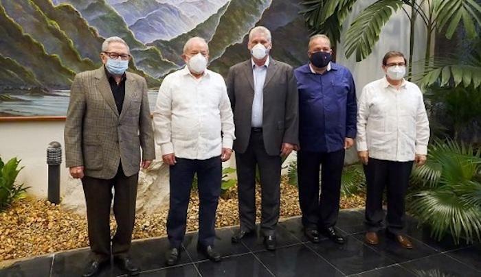 Fotografía cedida hoy por Estudio Revolución que muestra al primer secretario del Comité Central del Partido Comunista de Cuba (PCC), Raúl Castro Ruz (i), y al Presidente de Cuba, Miguel Díaz-Canel (c), mientras reciben al expresidente de Brasil, Luiz Inácio Lula da Silva (2-i), en La Habana (Cuba).