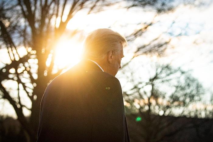 El Presidente saliente de Estados Unidos, Donald J. Trump, camina antes de abandonar la Casa Blanca en Washington (EU), hoy 20 de enero de 2021.