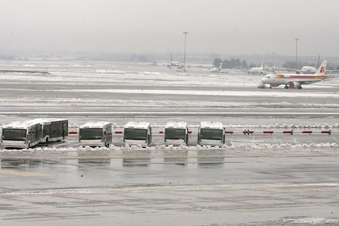 aeropuerto barajas - FOTOS: Madrid amanece cubierta de nieve; autoridades piden no realizar desplazamientos innecesarios