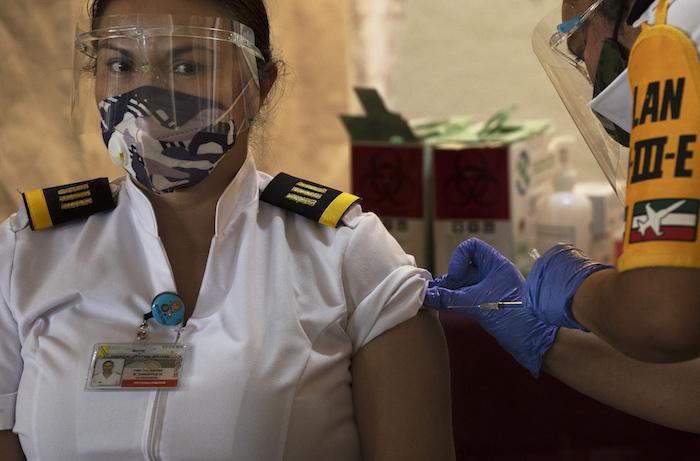 La Capitana del Ejército Mexicano Karina del Carmen Vázquez es vacunada contra la COVID-19 en el Hospital Central Militar de la Ciudad de México, el martes 29 de diciembre de 2020.