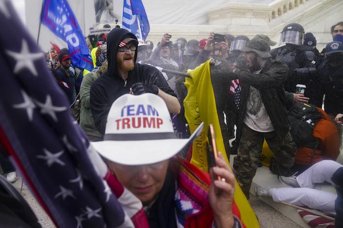 Simpatizantes del Presidente Donald Trump tratan de pasar a través de una barrera de la policía, el miércoles 6 de enero de 2021, en el Capitolio, en Washington.