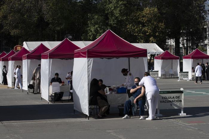Un trabajador de la salud recibe la vacuna Pfizer-BioNTech contra la COVID-19 en la base militar N-1 en la Ciudad de México, el miércoles 30 de diciembre de 2020.