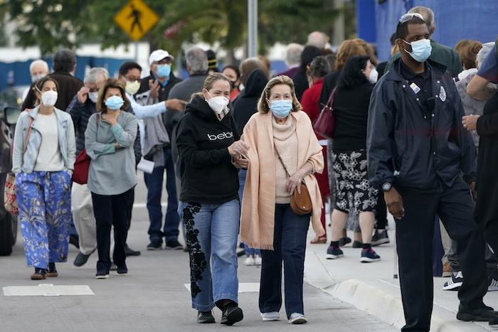 Personas llegando al Hospital Jackson Memorial en Miami, para recibir una vacuna contra la COVID-19, el 6 de enero de 2021.