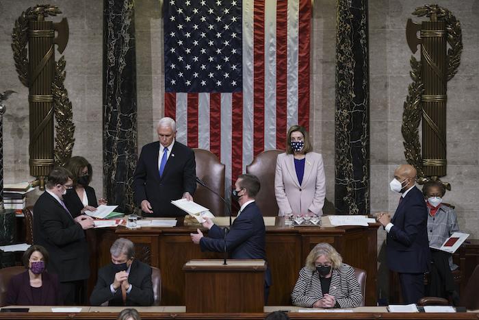 En esta foto de archivo del 7 de enero de 20201, el Vicepresidente Mike Pence y la presidenta de la cámara baja Nancy Pelosi ocupan el estrado en la sesión conjunta de las cámaras.