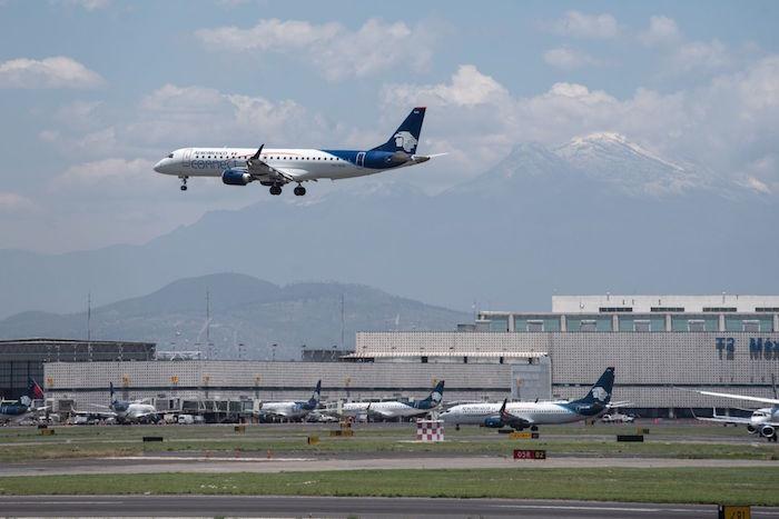 avion aeromexico - Pilotos y sobrecargos aceptan reducción salarial y apoyarán a Aeroméxico en su reestructura