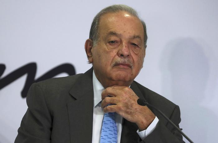 En esta foto del 16 de octubre de 2019, el multimillonario mexicano Carlos Slim escucha una pregunta durante una rueda de prensa en sus oficinas en Ciudad de México. Su hijo Carlos dijo el lunes 25 de enero de 2021 que su padre tiene COVID-19, aunque con síntomas leves.