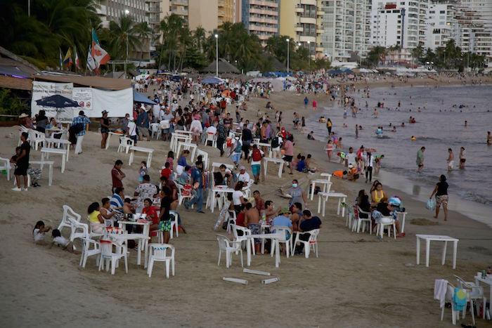 cuartoscuro 793371 digital - FOTOS: Autoridades impiden que 800 personas celebren en playas de Acapulco; bares registran aglomeraciones