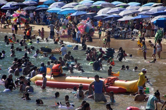 cuartoscuro 793372 digital - FOTOS: Autoridades impiden que 800 personas celebren en playas de Acapulco; bares registran aglomeraciones