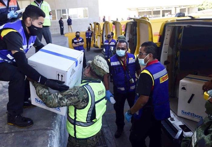 El traslado de las vacunas de Pfizer que arribaron ayer al Aeropuerto Internacional de la Ciudad de México (AICM).