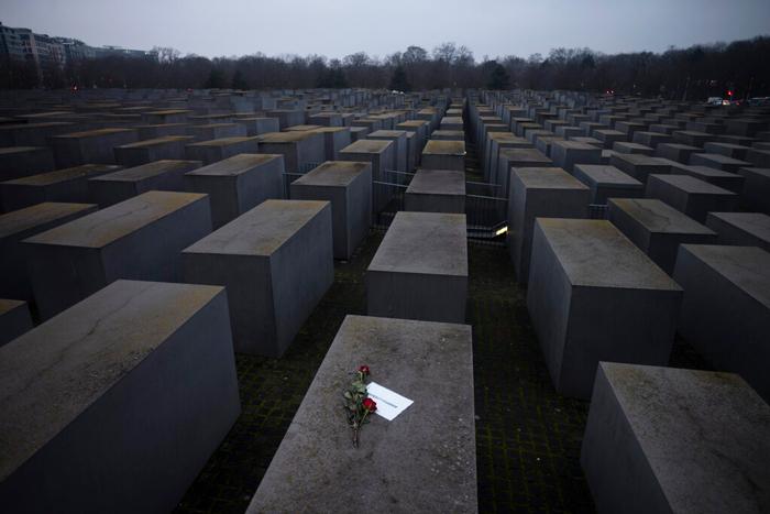 holocausto - La conmemoración del aniversario 76 de la liberación de Auschwitz se realiza en línea por la COVID-19