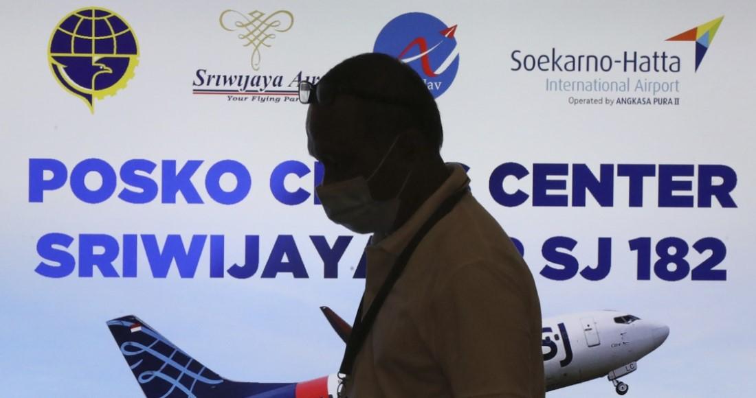 image large - Rescatistas de Indonesia hallan restos humanos y ropa; serían de pasajeros del avión que se estrelló