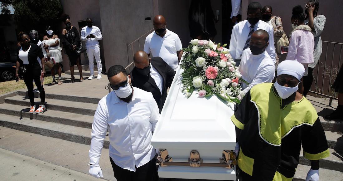 """los angeles quita limite diario a crematorios para que puedan con tantos cuerpos - Jóvenes de Argentina abren ataúd de familiar que murió por COVID-19 para """"darle el último adiós"""""""
