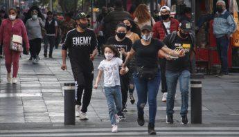mujeres-hombres-caminan-calles