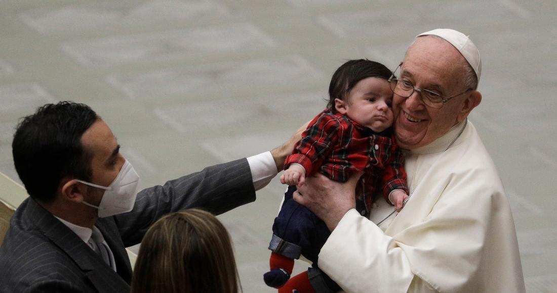 """papa vacuna - El Papa cambia la Ley y deja fuera –nada nuevo– a las mujeres del sacerdocio. Les permitirá """"leer"""""""