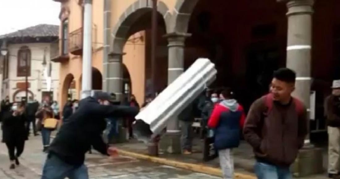 puebla - VIDEO FUERTE: Mujer apuñala al conductor de un autobús que le pidió usar cubrebocas, en Argentina