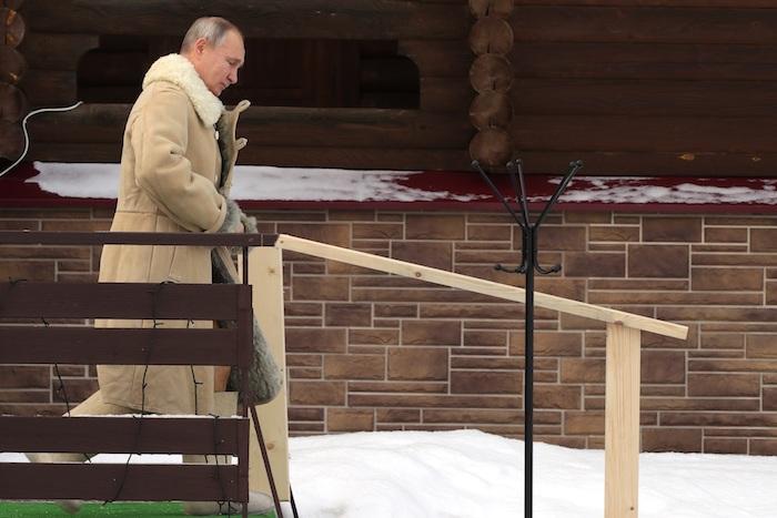 Putin, de 68 años, descendió al agua gélida por una escalera de madera para evitar resbalones y, al salir, se dispuso a calzar unas tradicionales botas de fieltro para soportar el frío.