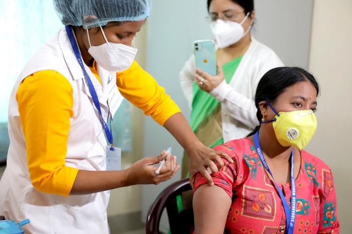 se 0201 8 - India ensaya plan de vacunación a la espera de la aprobación de uso de emergencia de AstraZeneca