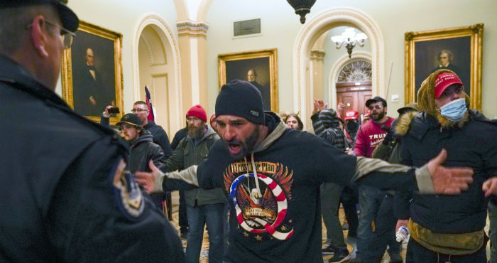 Simpatizantes del Presidente Donald Trump se enfrentan a la policía del Capitolio en el vestíbulo del recinto del Senado, el miércoles 6 de enero de 2021, en Washington.