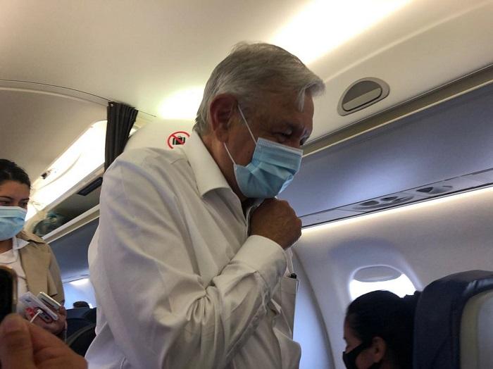 vuelo amlo - Reacio al cubrebocas y a dejar sus giras en vuelos comerciales. Pues sí. El Presidente tiene COVID