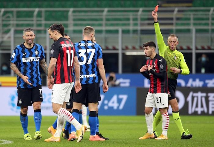 zlatan expulsion - El Inter avanza a semifinales de la Copa Italia tras vencer al Milan gracias a un gol agónico de Eriksen
