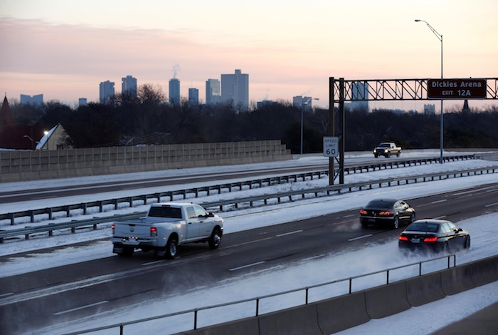 En Houston (Texas), una mujer y una niña murieron intoxicadas por monóxido de carbono al dejar encendido en el garaje un automóvil para calentar la casa, y un indigente murió de frío.