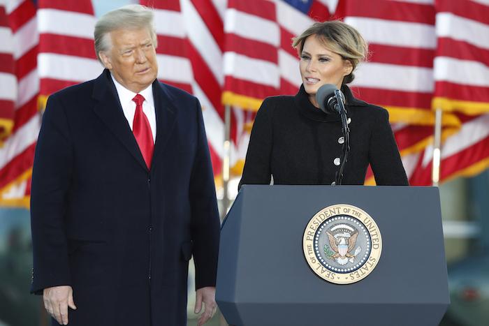 La exprimera dama Melania Trump le habla a un pequeño grupo de partidarios del expresidente Donald Trump en la Base Aérea Edwards , Maryland, el miércoles, 20 de enero del 2021.