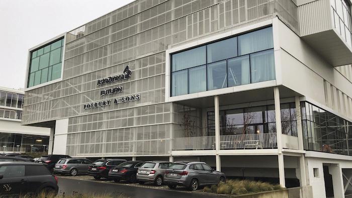 En la imagen, vista de las oficinas de AstraZeneca en Bruselas, el 27 de enero de 2021.