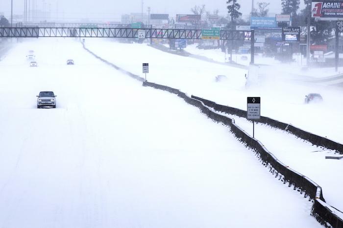 Esta fotografía del lunes 15 de febrero de 2021 muestra una autopista en The Woodlands, Texas.