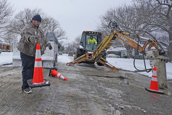 Trabajadores de la ciudad de Richardson se preparan para laborar en un tubo de distribución de agua que se rompió debido al intenso frío, el miércoles 17 de febrero de 2021, en Richardson, Texas.