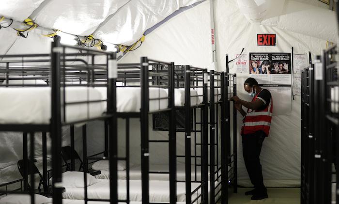 En esta fotografía del 9 de julio de 2019, un trabajador ajusta unas literas en el centro de detención para niños migrantes del Gobierno de Estados Unidos en Carrizo Springs, Texas.