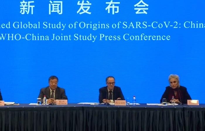 Captura del video facilitado por la OMS de la comparecencia de prensa de los responsables de la misión de la organización que ha investigado el origen de la COVID-19 en Wuhan, China.