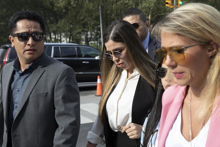"""En esta fotografía de archivo del 17 de julio de 2019, Emma Coronel Aispuro, al centro, esposa del narcotraficante mexicano Joaquín """"El Chapo"""" Guzmán, llega para su sentencia en la corte federal de Brooklyn, en Nueva York. Según el Departamento de Justicia de Estados Unidos, Coronel fue arrestada el lunes 22 de febrero de 2021 bajo cargos de tráfico de drogas."""