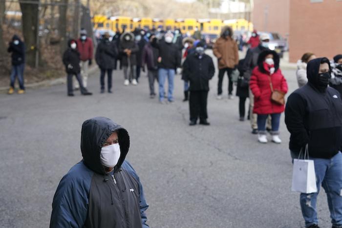 Decenas de personas esperan recibir la vacuna contra la COVID-19 en Paterson, Nueva Jersey, el 21 de enero del 2021.