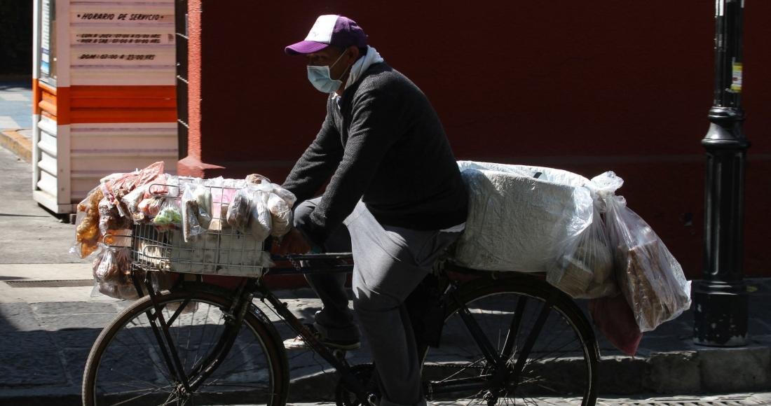 hombre bicicleta comerciante - El Inegi estima que la actividad económica cayó 4% en febrero, comparada con el año pasado