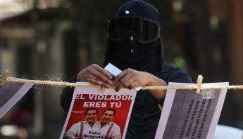 Mujer protesta contra Felix Salgado