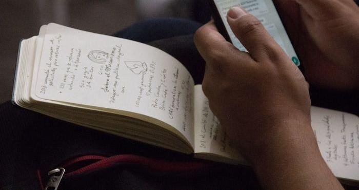 Notas de un periodista durante una conferencia de prensa.