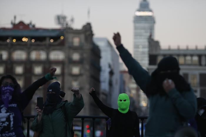 Miembros de un colectivo feminista protesta contra el candidato al Gobierno del estado mexicano de Guerrero, Félix Salgado Macedonio, afuera del Palacio Nacional en Ciudad de México, el lunes 15 de febrero de 2021.