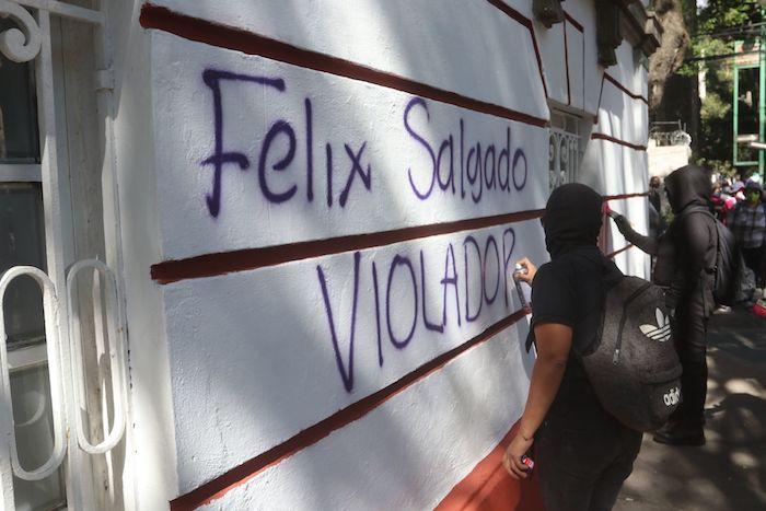 Mujeres de diferentes colectivos feministas se manifestaron en contra del aspirante a Gobernador de Guerrero, Félix Salgado Macedonio, quién es señalado por abuso sexual. Durante la protesta, además de performance, realizaron pintas afuera de la sede nacional de Morena.