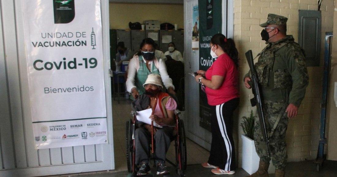 vacuna 2 3 - Capitalinos hacen fila nocturna en el Palacio de los Deportes para recibir la vacuna COVID al amanecer