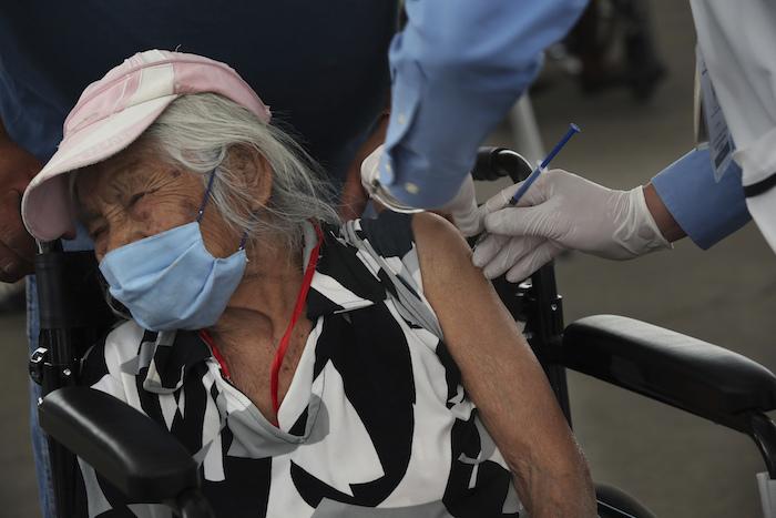 Una anciana recibe la vacuna de Sinovac Biotech contra COVID-19 en el centro deportivo de las Américas en Ecatepec, un municipio en las afueras de Ciudad de México el martes 23 de febrero de 2021.
