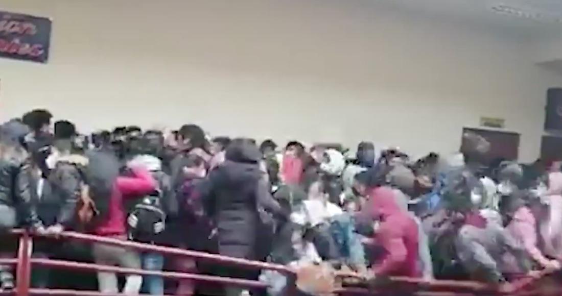 VIDEO FUERTE: Estudiantes caen del cuarto piso en universidad en Bolivia.  Hay 7 muertos y 4 heridos   SinEmbargo MX