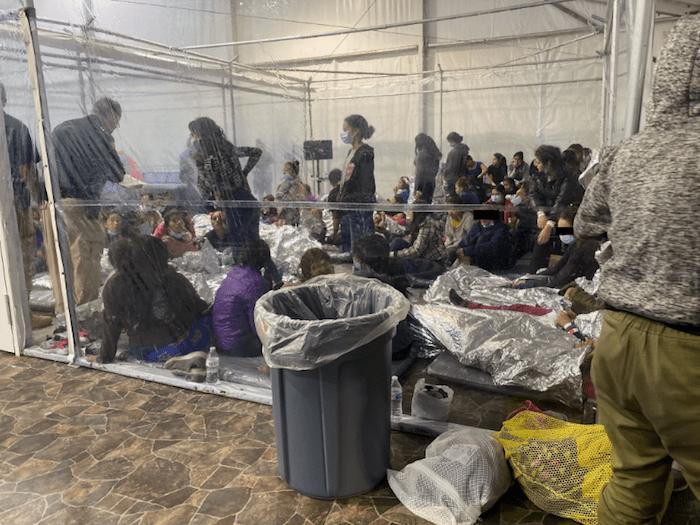 Con miles de niños bajo custodia, el Gobierno de Biden brega para ubicarlos en albergues temporarios hasta que se completen los trámites para la transferencia de los menores a sus familiares que ya vivan en Estados Unidos o personas que los patrocinen.