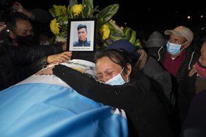 ap21072105711121 300x200 - Familiares inician funerales de los 16 migrantes guatemaltecos calcinados en Camargo, Tamaulipas