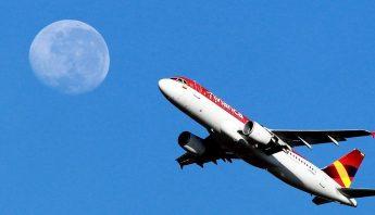 avianca-avion-luna-cielo-azul
