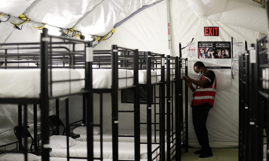 En esta fotografía del 9 de julio de 2019, un trabajador ajusta unas literas en el centro de detención para niños migrantes del Gobierno de Estados Unidos en Carrizo Springs, Texas. Foto: Eric Gay, AP.